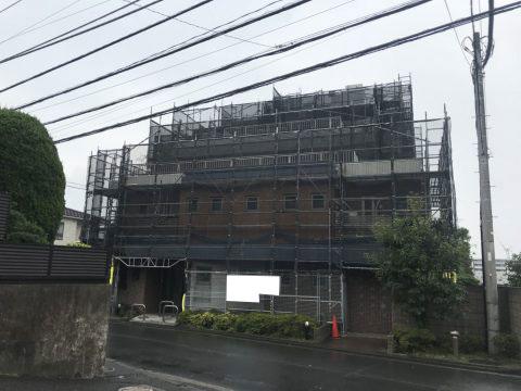 横浜市のくさび式本足場工事(黒メッシュ使用)※駐車場はベランダブラケット施工